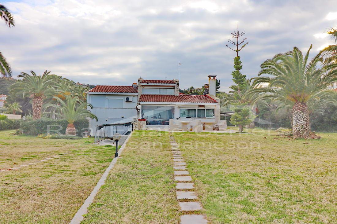 Dream Luxury Villa, BEACHFRONT, Gated!!