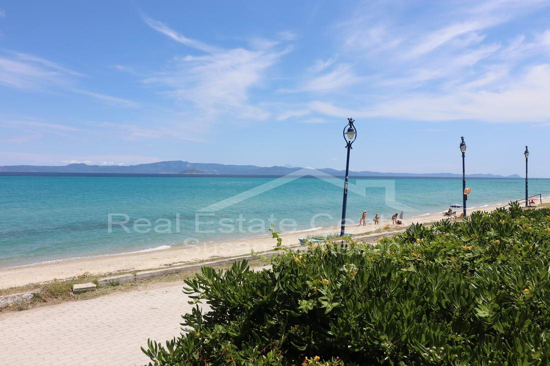 Beachfront Apartment, Gated Private Garden!!