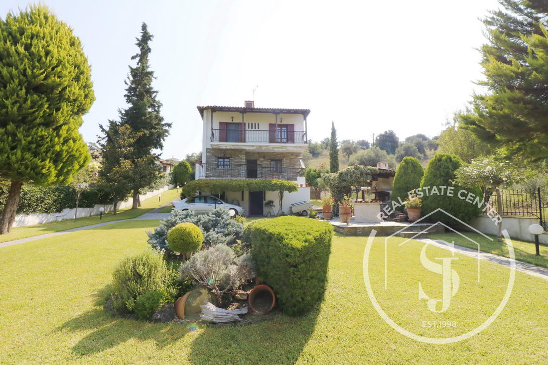 Quality Custom Built Villa, Quiet Location!!