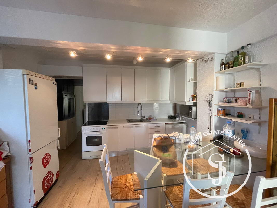 Ideal Location, Close To All Amenities And Beach!!