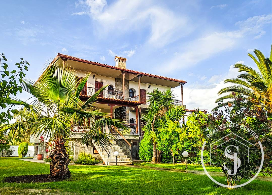 Timeless Yet Modern, Gorgeous Gated Gardens, Close To The Seaside!!