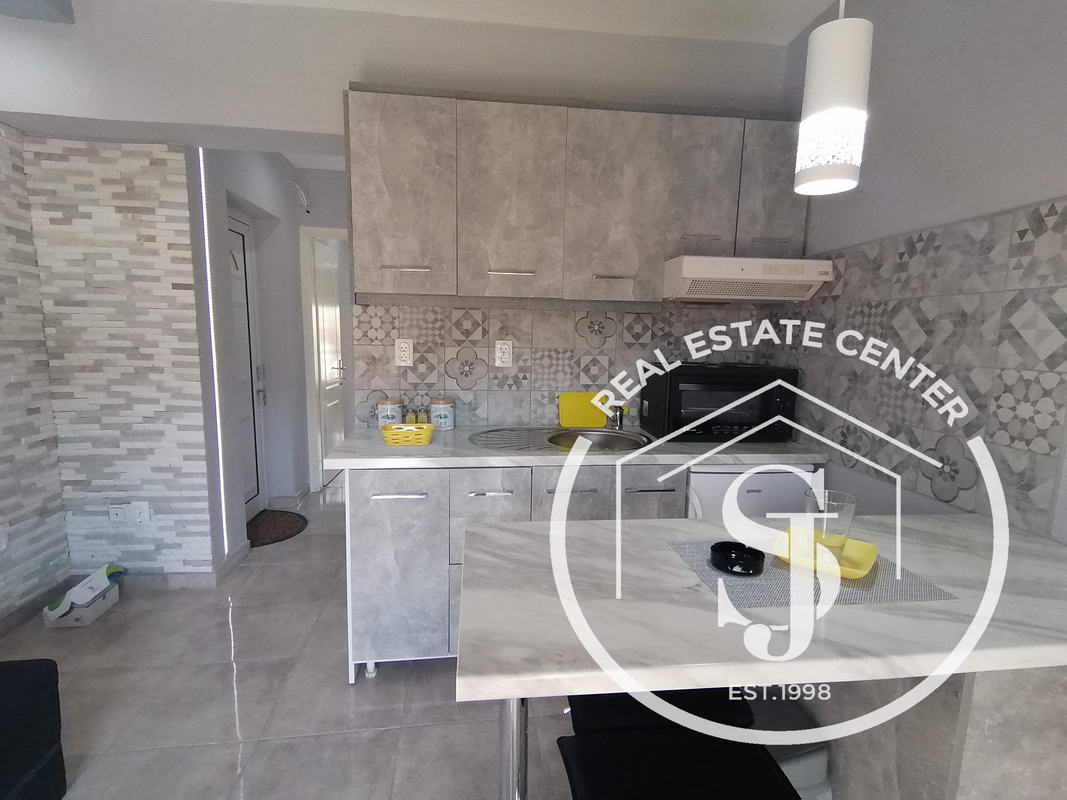 Fully Renovated, BEACH APARTMENT, Private Parking!!