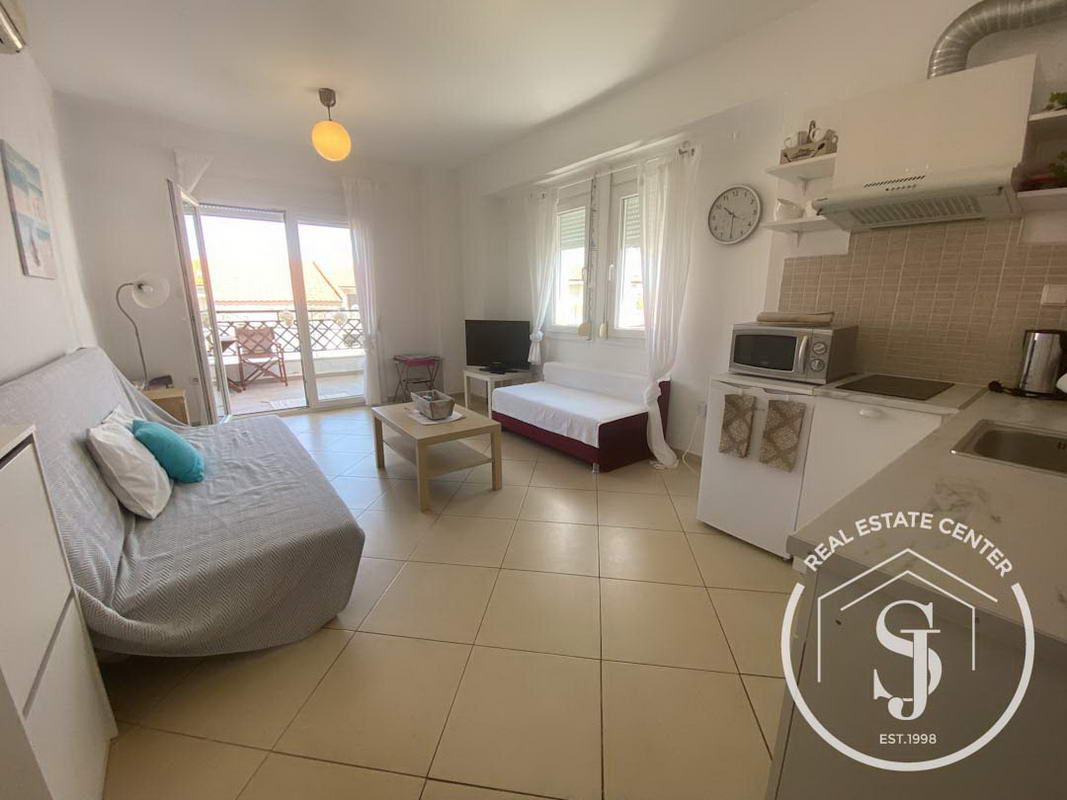 Bright Corner Apartment, Fully Furnished!!