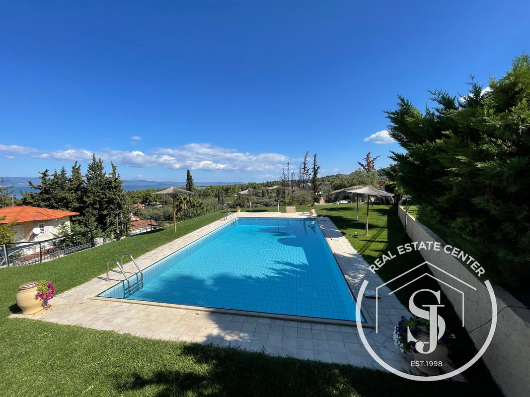 Panoramic Sea Views, And Great Outdoor Living, Shared Pool!!